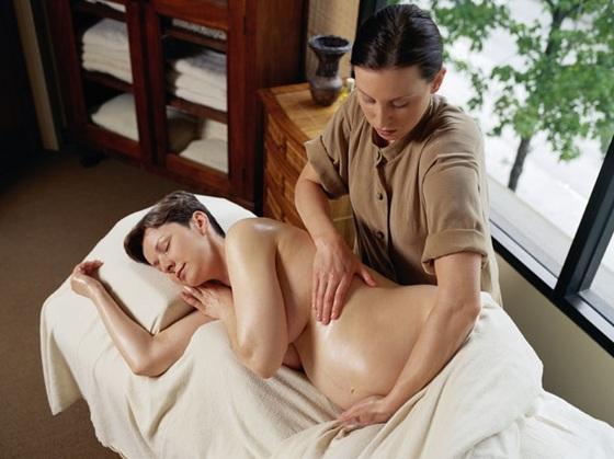 mulher-gravida-deitada-sendo-massageada-gettyimages-0000000000003D07